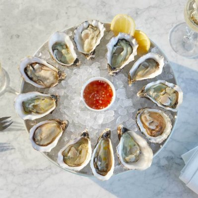 Twelve oysters served on a plate of ice